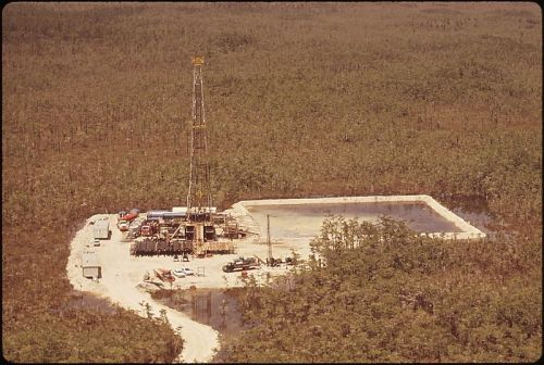 800px-NEW_OIL_RIG,_NORTH_OF_GUM_SLOUGH,_IN_BIG_CYPRESS_SWAMP_-_NARA_-_544511